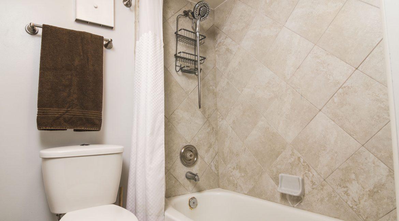1209 E New Haven Ave 102 bath